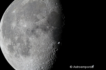 ISS il·luminada per davant la lluna