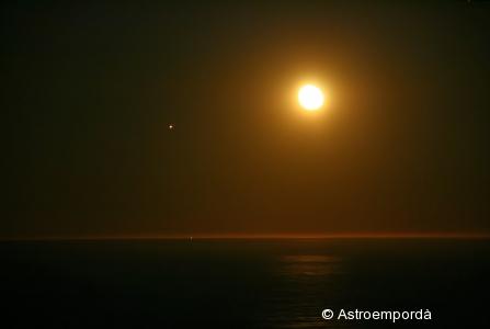Júpiter i la lluna sobre el mar