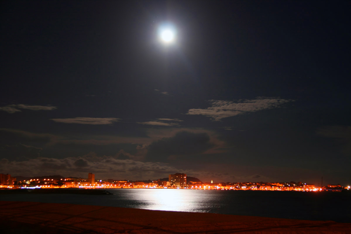 Reflexe de la lluna sobre la badia de Palamós