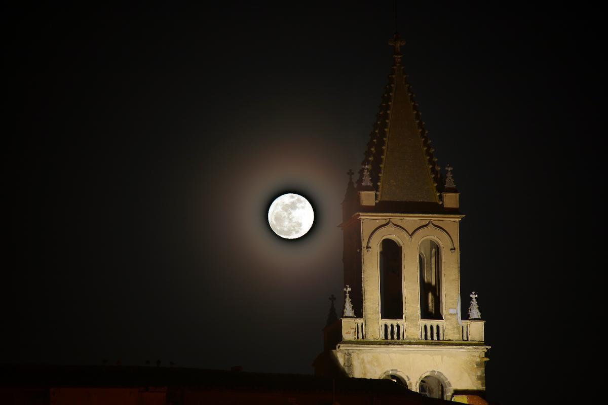 Lluna plena a l'església de Palamós