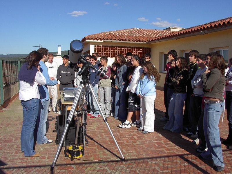 Observació de l'eclipsi anular a l'Escola Vedruna de Palamós