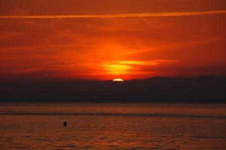 El sol sortint amb venus ja visible a la part superior dreta del disc. Foto: Marc Heras
