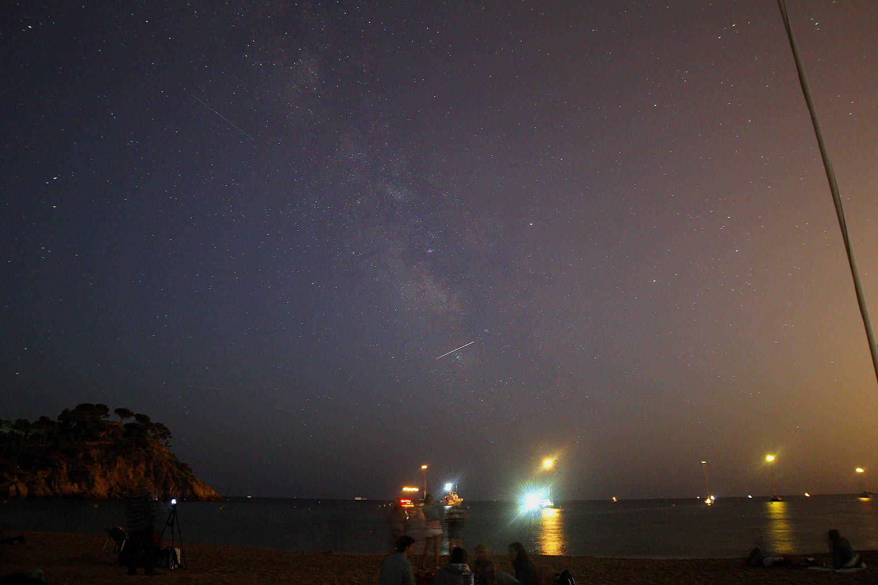 No és un estel fugaç! És la ISS (Estació Espacial Internacional) que va passar a primeres hores de la nit. Curiosament cada any repeteix! A l'esquerre es veu un traç molt petit, també es tracta d'un satèl·lit artificial