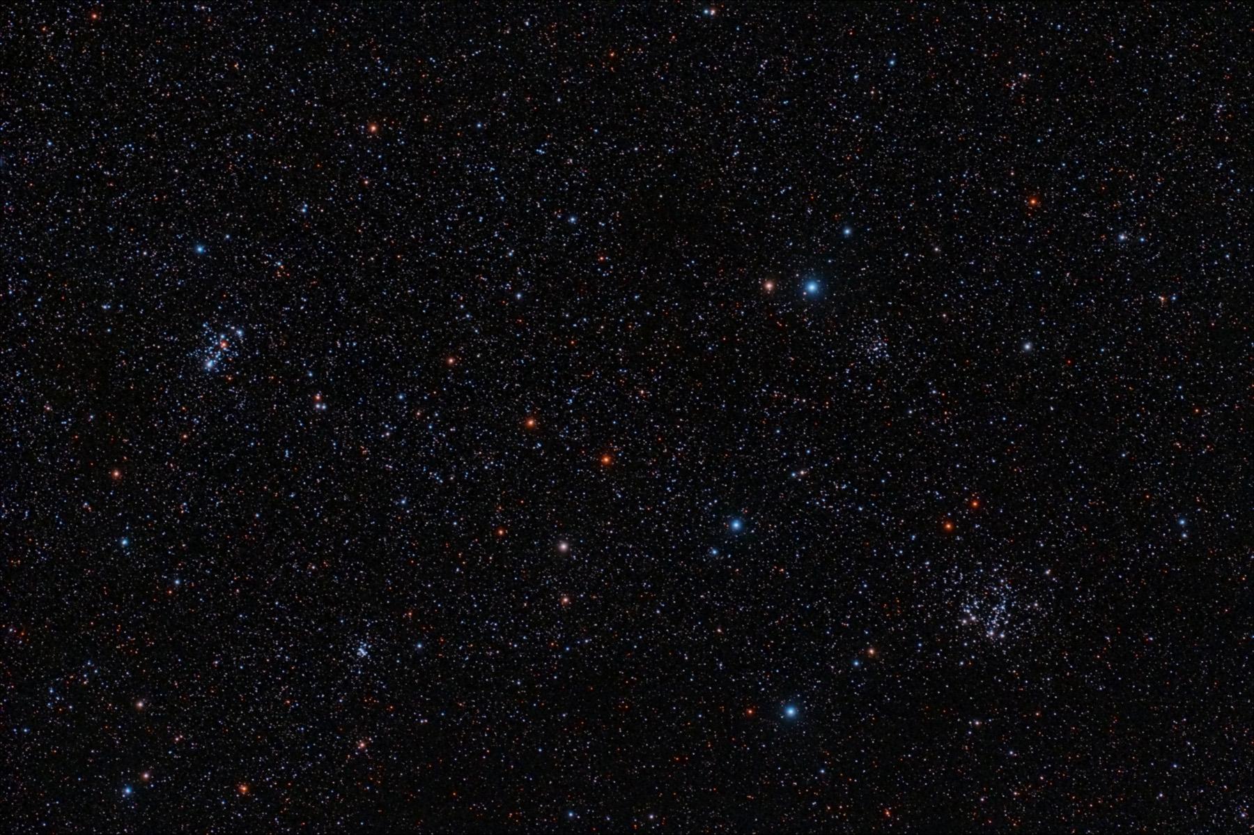 Cúmuls M103 (esquerra). NGC 663 (sota dreta) i NGC 659 (dreta superior).