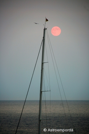 Sortida de lluna pel mar