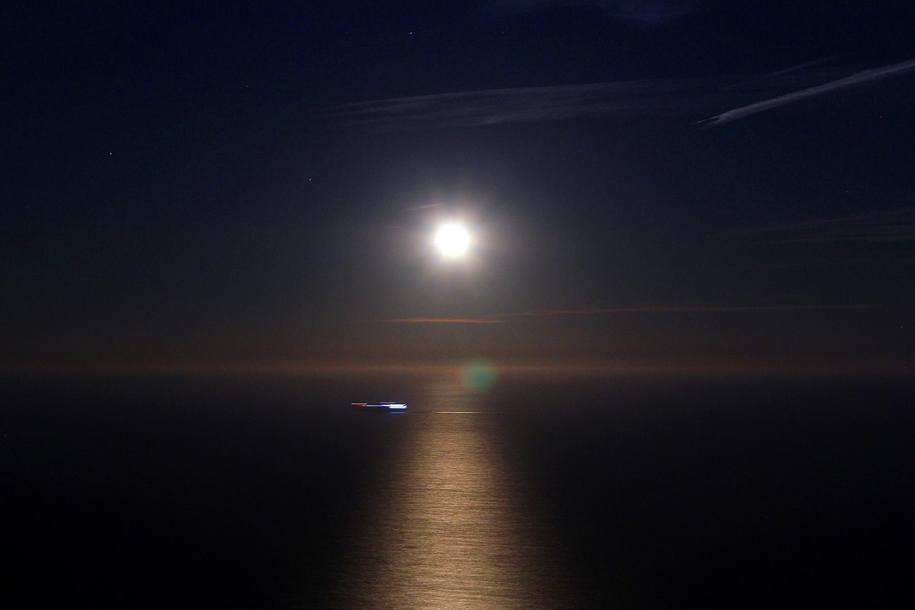 La lluna plena sobre el mar