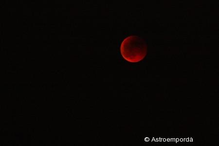 Eclipsi de lluna entre núvols