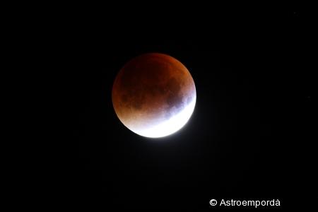 Eclipsi de lluna a punt del màxim